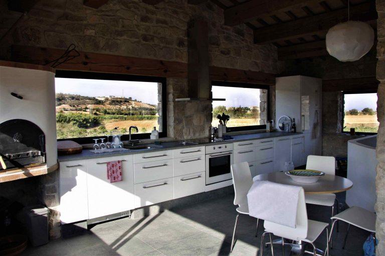 Cuina equipada amb vistes a les vinyes