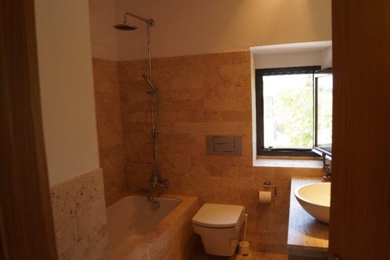 Imatge d'un bany amb la banyera i la finestra exterior