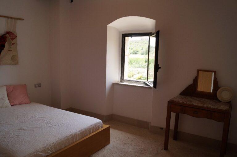 Imatge d'una habitació doble amb el llit de matrimoni i la finestra exterior