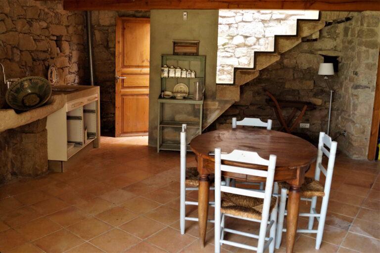 Imatge de la cuineta amb una taula gran i cadires