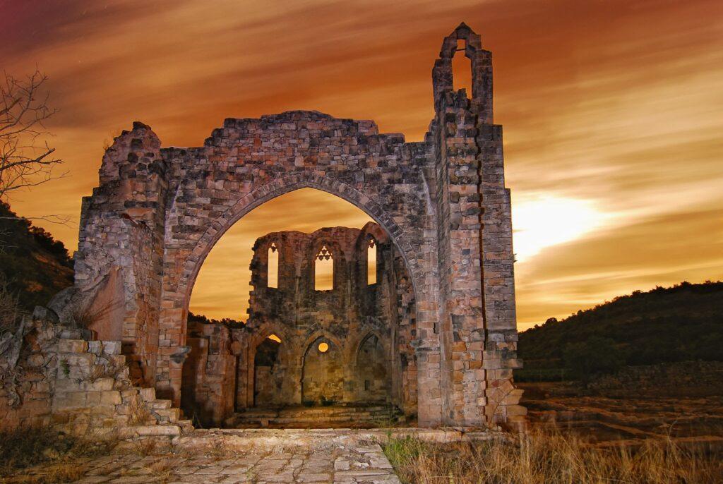 Imagen del monasterio Vallsanta con el atardecer de fondo